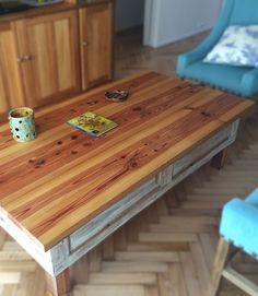 Mesa ratona con tapa en pino tea lijada y lateral con postigo interior.