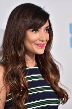 Hannah Simone Long Wavy Cut with Bangs - Hannah Simone looked oh-so-pretty with her long waves and side-swept bangs during WE Day California. Hannah Simone, Vintage Hairstyles, Hairstyles With Bangs, Trendy Hairstyles, Pelo Vintage, Long Hair With Bangs, Smooth Hair, Her Hair, Hair Inspiration