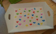Dienblad met verf op de duim laten bedrukken door de kinderen.  Voor juf!