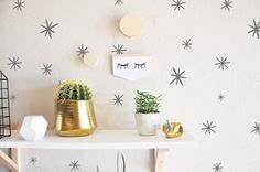 100 marker starbursts ranging in sizes from .5-2.5  Fully removable and reusable wall decals that will brighten and add character to any room.