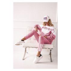 Trening dama in 2 culori. Treningul este format din bluza cu maneca lunga, prevazuta cu gluga si buzunare laterale, pantaloni lungi cu elastic la glezne. Este ideal pentru sezonul rece de toamna – iarna.