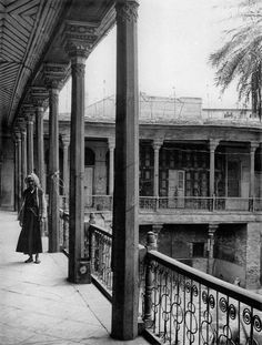أحدى المباني البغدادية القديمة . Common Era, Baghdad Iraq, Courtyard House, The Old Days, Old Buildings, Patio, Old Things, Stairs, History