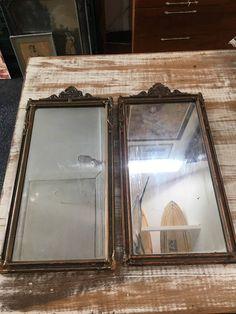 Vintage spiegel. Er zijn twee spiegels die overeenkomen met. Elke mirror is afzonderlijk te koop. Als u geïnteresseerd bent in beide laten weten! Beide mirrors worden gefotografeerd, maar ze zijn hetzelfde. Ze zijn in grote voorwaarde en hebben een gedetailleerde houten frame. Ze zijn 24 inch hoog en 11,5 inch breed.