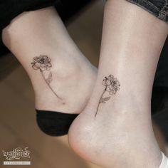 발목에 새겨진 사이좋은 자매의 꽃 타투 by 타투이스트 리버. marigold tattoo by tattooist River