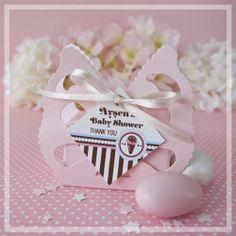 Kelebek kutuda kişiselleştirilebilen bebek şekeri. Kişiselleştirebileceğiniz kart tasarım seçenekleriyle ilk yaş, bebek doğum, baby shower, vaftiz, mevlit, sünnet, diş buğdayı organizasyonlarınız için içi enfes badem şekeri dolu kelebek kutu.  Personalized butterfly favor box. Perfect for baby shower, new born, first age, baptism gift.