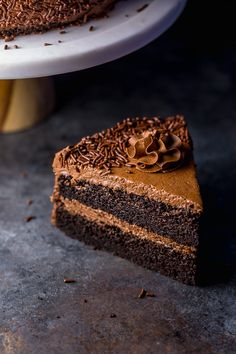 Just one bite of this Super Decadent Chocolate Cake with Chocolate Fudge Frosting will have you head over heels in love! And it couldn't be easier to bake! Chocolate Fudge Frosting, Decadent Chocolate Cake, Decadent Cakes, Chocolate Toffee, Chocolate Desserts, Brownie Cake, Fudge Cake, Crunch Cake, Salty Cake