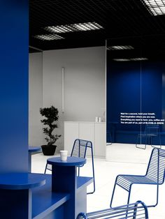 Contrasting colors and graphic elements are the characteristics of this second interior designed by Asketik Studio for Bloom-n-Brew coffee shop in Moscow. Cafe Interior, Office Interior Design, Office Interiors, Cafe Design, Store Design, Cabinet Medical, Blue Office, Retail Design, Interior Architecture