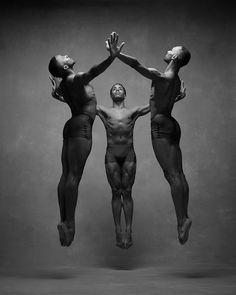 Zwei Fotograf*innen luden die weltbesten Tänzer*innen in ihr Wohnzimmer ein und lichteten sie in ihren schönsten Tanzposen ab. Dabei entstanden beeindruckende Porträts über die Kunst der Bewegung.