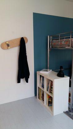 Porte manteau mural DIY avec un skate pour la déco de la chambre d'ado  http://www.homelisty.com/renovation-decoration-des-chambres-dadolescents/