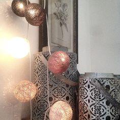 Tur man har bollslingorna att tända upp med dessa gråa dagar #butikenromantiskating #romantiskating #norrköping #vikbolandet #lantliginredning #instahome #instaroom #decorlife #boligpluss #finahem #homedecor #interiordecorating #inspire_me_home_decor #levlandlig #asafotoninspo #mynorwegianhome #irislight #skandinaviskehjem #vakrehjem