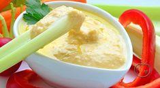 Pepperrotsaus Sausen har lange tradisjoner i Norge og har vært mye brukt til kokte retter, spesielt til storfekjøtt. Men ikke la det begrense deg. Sausen er også nydelig til grillmat og på koldtbord. 2.8 dl yoghurt (naturell)1.5 dl seterrømme3 ss frisk kruspersille (hakket)0.5 ss frisk revet pepperrot (evt. fra