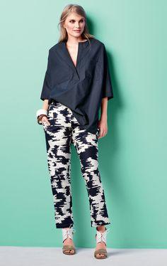 Блуза с низкими проймами и брюки на эластичном поясе