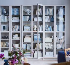 IKEA BILLY Bücherregal beige, das ist die Erfolgsgeschichte eines Bücherregals: Verstellbare Böden ermöglichen die Unterbringung beinahe jeden Buchformats, während OXBERG Vitrinentüren für eine staubfreie Aufbewahrung sorgen.