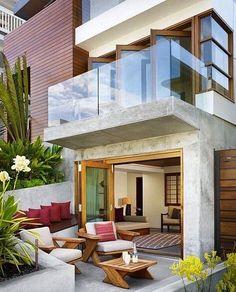 Concreto aparente madeira e vidro numa proposta muito atual e aconchegante.