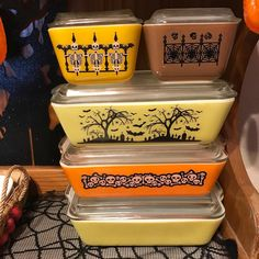Decor Don't worry your pretty little head, these dollar store (tattoo like) stickers help festiv-fy my Pyrex. (They wipe right off)… - Halloween Items, Holidays Halloween, Vintage Halloween, Halloween Crafts, Halloween Plates, Vintage Dishware, Vintage Dishes, Vintage Kitchen, Vintage Pyrex
