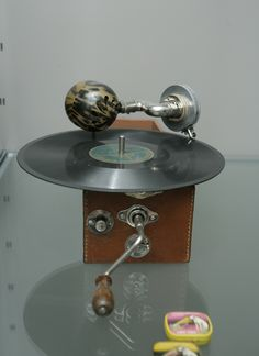An English Cameraphone miniature gramophone from the 1930s. The horn is made of tortoiseshell. Englantilainen Cameraphone-pienoisgramofoni 1930-luvulta. Gramofonin torvi on kilpikonnankilpeä.