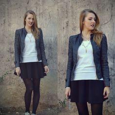 Look jaqueta de couro preta, saia e tênis esportivo
