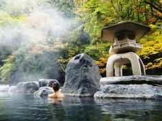 Visiting an onsen when you are in Japan is a bucketlist activity. Discover everything you need to know before you visit a Japanese Onsen. Yukata, Asia Travel, Japan Travel, Japan Trip, Japanese Public Bath, Japanese Bath, Japan Tourism, Japanese Hot Springs, Day Trips From Tokyo
