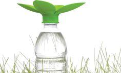 O designer gráfico Pieter Laga desenvolveu um funil que encaixa-se na tampa de garrafas PET, capta a água e a utiliza na rega de plantas, contribuindo para o reaproveitamento da água da chuva.