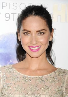 #maquillage - Olivia Munn pulls off bright pink lips ridiculously well