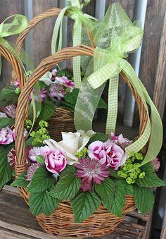 http://holmsundsblommor.blogspot.se/2011/08/sota-sma-korgar.html Romantisk korg med blandade blommor o grönt