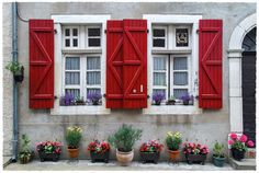 jarrimimram:  Juin 2015, des volets rouges, très rouges même … sur de (très) vieilles fenêtres à Salies-de-Béarn.