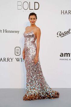 vestido largo fiesta con lentejuelas - Irina Shayk de Prada en festival Cannes 2017 (vogue)