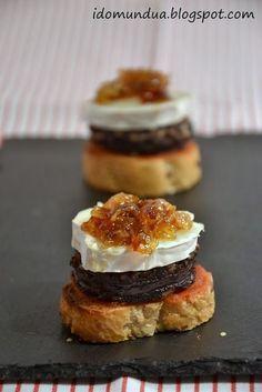 Pintxo de morcilla, queso de cabra y cebolla caramelizada: