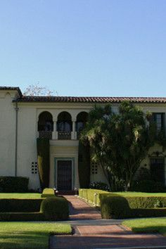 Bugsy Siegel Home is a Photo Op in Beverly Hills. Plan your road trip to Bugsy Siegel Home in CA with Roadtrippers. Bugsy Siegel, Mafia Crime, Exotic Homes, Crooks And Castles, Mobsters, Al Capone, Gangsters, Old World, Beverly Hills