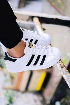 premium selection 19639 b3b37 Adidas Superstar blancas con rayas negras Zapatos Bonitos, Zapatos De Moda,  Calzado Mujer,