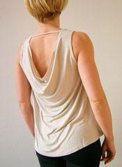 Topje met watervalrug van Deha  Een losvallend topje met mooie rug van het Italiaanse merk Deha. Hier in de kleur cuban sand, maar we hebben het ook in taupe grey. Beschikbaar in S, M en L € 46,50-