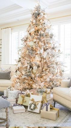 Elegant Christmas Trees, Flocked Christmas Trees, Christmas Tree Design, Christmas Tree Themes, Noel Christmas, Simple Christmas, Christmas Mantles, Vintage Christmas, Christmas Villages