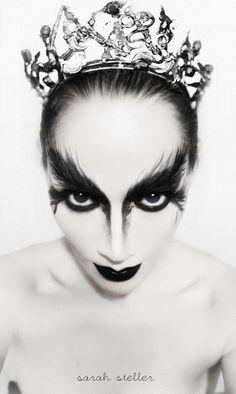 Halloween Magic, Halloween Makeup Looks, Halloween Make Up, Halloween 2018, Halloween Ideas, Black Swan Makeup, White Face Paint, Character Makeup, Theatrical Makeup