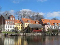Huse ved Nyborg fæstning og slot #visitfyn #fyn #nyborg #funen #castle #water #old #houses