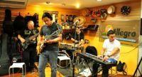 El miércoles 21/08 estuvimos en la clínica pedagógica que dictara el virtuoso y excelente músico Carmelo Medina, quien ya lleva más de 10 años como guitarrista de la súper banda de Venezuela Guaco.