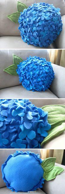 Cojín de fieltro con forma de flor de hortensia.
