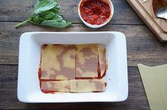 ОВОЩНАЯ ЛАЗАНЬЯ   ИНГРЕДИЕНТЫ: ● томатная паста ● листы для лазаньи ● сыр ● базилик ● чеснок ● перец ● цукини  ПРИГОТОВЛЕНИЕ: Все овощи режем очень мелко, 5 мм. Это важно, потому что так они приготовятся быстрее, потеряв меньше вкусовых и полезных свойств, а ещё лазанья будет прочнее. Здесь у меня один лук, один перец и цукини. Разогрейте на сковороде оливковое масло, 50 гр. Когда масло нагреется, отправьте в сковороду весь лук и обжаривайте минут 5. Кухня почти сразу наполнится характерным…