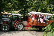 Traktortaxi der Thermenwelt Hotel Pulverer - damit geht's zum hauseigenen Bauernhof oder zur hauseigenen Almhütte. Ein uriges Gefährt für einen urigen Ausflug http://www.pulverer.at/hotel-almhuette.de.htm