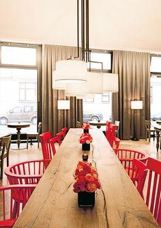hotel - berlin - grand-hotel - modern - antique -  restaurant - breakfast - wood - table - chair - vintage - red - white - lights - panels - frühstücksbereich - neonrot - vintagestühle - holz - tisch