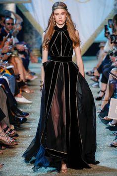 The complete Elie Saab Fall 2017 Couture fashion show now on Vogue Runway. Dress Dior, Dress Up, Fashion Week, High Fashion, Fashion 2017, Couture Fashion, Runway Fashion, Paris Fashion, Mode Orange