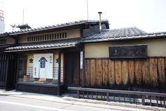 先日、京都市上京区にある油の老舗、山中油店さんが所有される京町家をゲストハウスとして改修され、その内覧会にご案内いただきました。  京都市内に残る京町家は年々減少していて、その保存が課題となっていますが、こちらのようにゲストハウスとして改修して多くの方が宿泊目的で活用できるように...