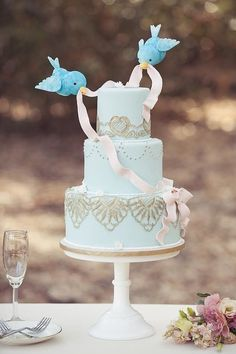 The birds from Cinderella adorn this sweet wedding cake with a fondant ribbon. Photo by @jenfuj