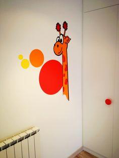 Una jirafa molt divertida. Decoració amb vinil de tall per paret.