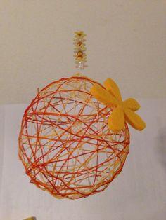 Fadenkugeln: aufgeblasene Luftballons mit in Kleister getränkte Schnur, Garn oder Wolle umwickeln, trocknen lassen, Ballon zerplatzen lassen, auf Silk auffädeln, evtl noch ausdekorieren