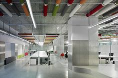 Díaz y Díaz Arquitectos. Coworking Papagayo. A Coruña. Interior design. Open office space. Concrete floor. Color ceiling. Table. Architecture