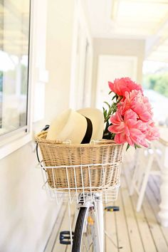 Ultimate spring accessories: white cruiser, panama hat & flowers!