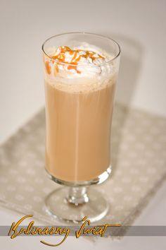 Uwielbiamy słodycze - jeżeli Ty też, to znajdziesz u nas wiele ciekawostek, pomysłów i przepisów na słodycze. Latte, Coffee Maker Machine, Cookie Desserts, Coffee Drinks, Cake Cookies, Smoothie, Food And Drink, Cooking Recipes, Pudding
