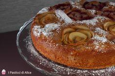 La Torta di Fragole e Mele è una torta morbidissima e umida, ideale per la colazione o la merenda.
