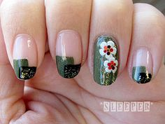 紅白梅(ikuko-nail)オフホワイトのフレンチに、梅の花とゴールドラメ。水引きがおめでたい♪ 今年もあと少し。クリスマスがすぎてもお正月が待っています! 年末年始もかわいく、お正月気分を高める「賀正ネイル…