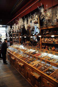 Chocolate Shop in Nantes, France Café Chocolate, French Chocolate, Chocolate Lovers, Chocolate Shoppe, Haute Chocolate, Decoration Shop, Belle Villa, Lokal, Shop Fronts